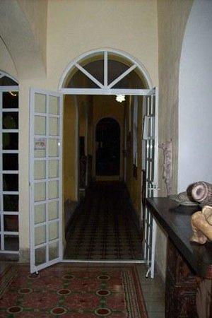 Hotel Quinta Progreso: Foyer to dining room/bar/pool