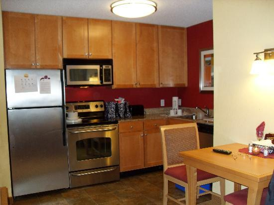 Residence Inn Mt. Laurel at Bishop's Gate: beautiful fully equiped kitchen