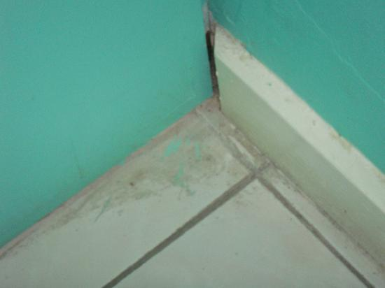 Negril Beach Club: dirt on bathroom floor