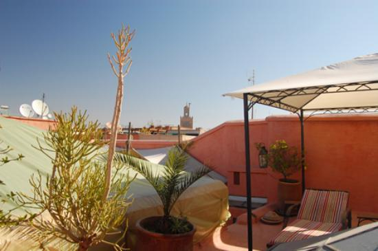 Riad Dar Rassam: La terraza con la mezquita Ben Salah alfondo