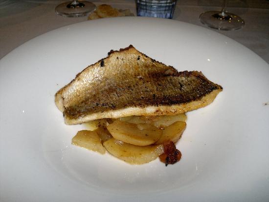 El Tunel : Dentón al horno con patatas y cebolla - Restaurant EL TÚNEL - Lloret de Mar