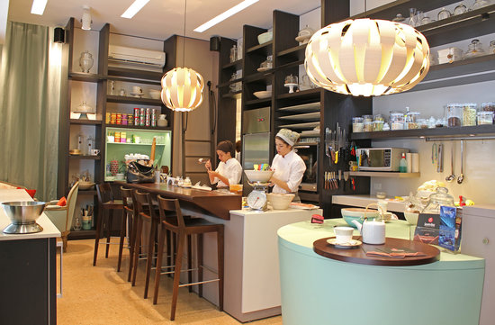Smeterling Patisserie: Kitchen and bar