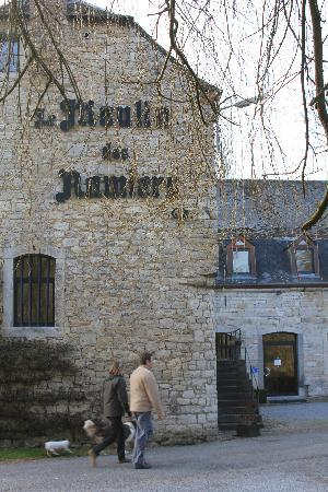 Le Moulin des Ramiers : exterior of the inn