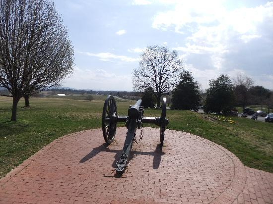 Antietam National Battlefield: Antietam - cannon facing south