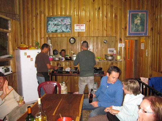 Casa Tranquilo Hostel: Staff cooking traditional Casada dinner, delicious!!!
