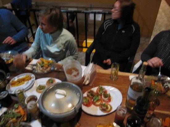 Casa Tranquilo Hostel: Communal dinner