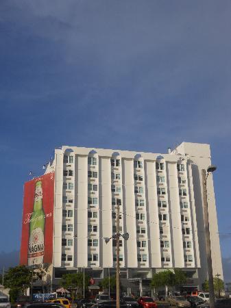 San Juan Beach Hotel: front of hotel