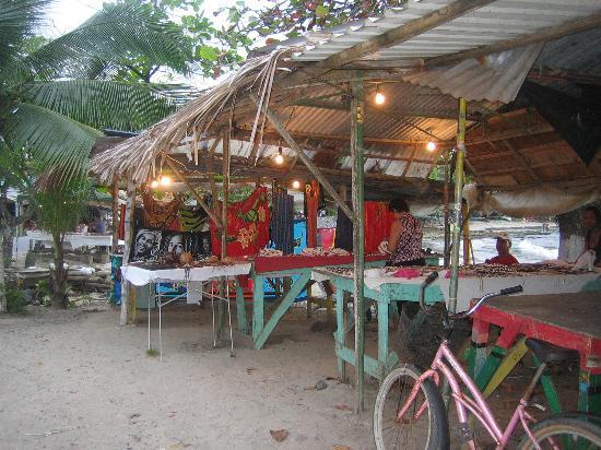 Puerto Viejo Beach : Souvenir stands (busy at night)