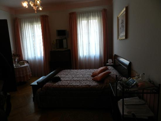 B&B Casa delle Rose: The room .. with no flash that is why is dark