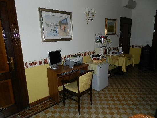 B&B Casa delle Rose: the hall and the computer I was talking about
