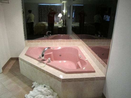 Quality Inn & Suites Albany Airport: 2 person Jacuzzi