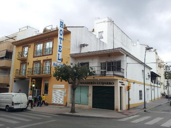 Hotel Maria Cristina: Frontview from the noisy streetside