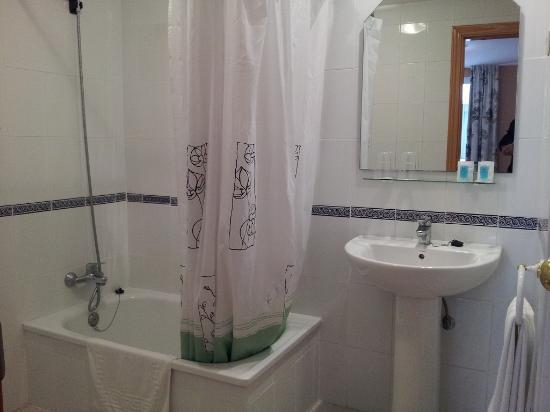 Hotel Maria Cristina: Bathroom with toilet