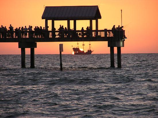 Clearwater Beach Hotel Suites: Sunset on our last nite
