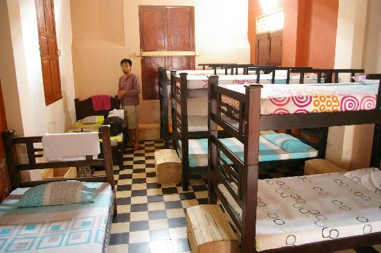 Casa Candela y Chocolate: Clean, tidy dorms. Love the colours!
