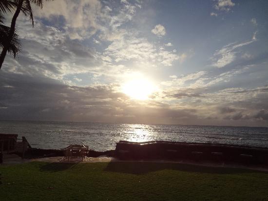 Kaleialoha Condominiums: sunset view from our lanai.