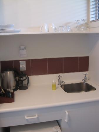 Suncourt Hotel & Conference Centre: Kitchen sink