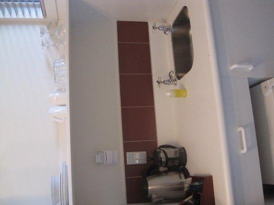 Suncourt Hotel & Conference Centre: Kitchen sink