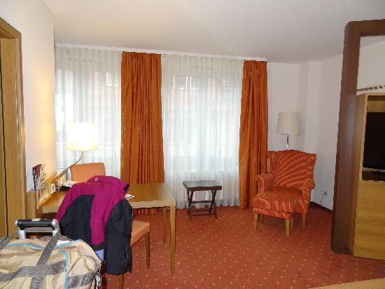 Holiday Inn Nurnberg City Centre: View from bed to window (kitchenette beside window on left)
