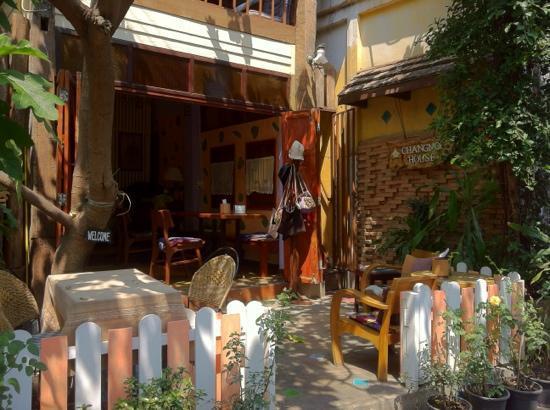 Changmoi House (Little Village) : la terasse du café