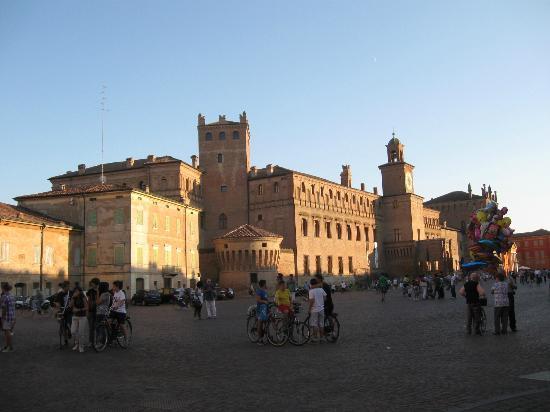 I dintorni di Modena sono ricchi di castelli :vedi Carpi