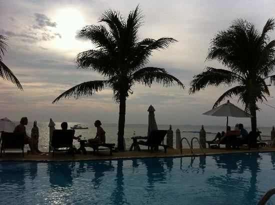 Lanta Palace Resort & Beach Club: sipping drinks by the pool