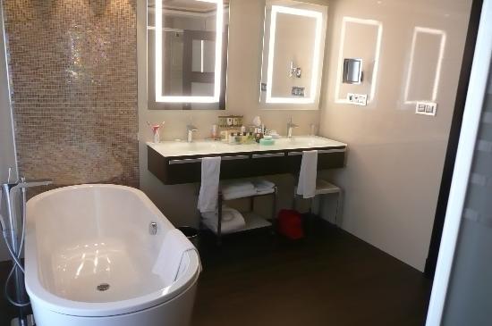 Bathroom picture of vincci seleccion aleysa hotel for Best bathrooms ever