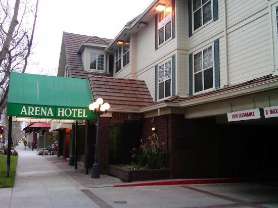 Arena Hotel: Hotel entrance