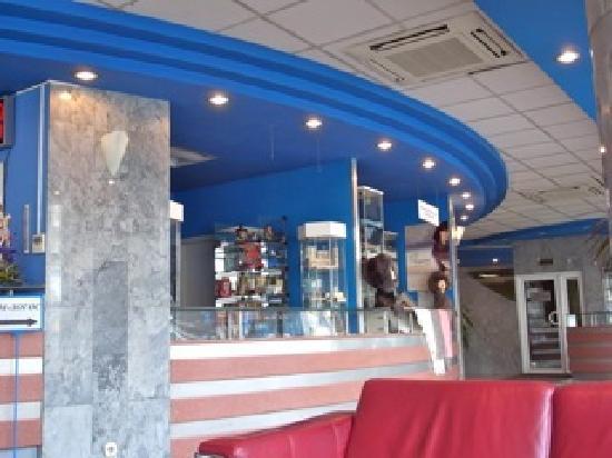 Akademicheskaya Hotel: フロント横に2軒売店有り