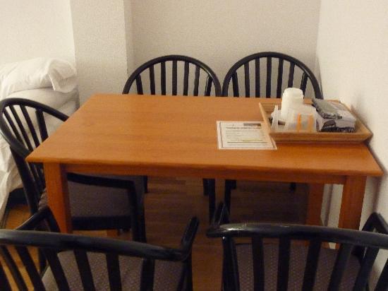 Apartamentos Turisticos Palafox: La mesa del salón