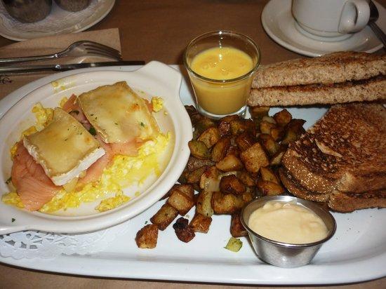 Le Petit Cochon Dingue : raclette d'oeufs, saumon et brie, toast et beurre de pomme