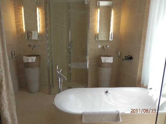Le Dortoir: Kalia suite bathroom