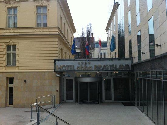 LOFT Hotel Bratislava: Parvis de l' hotel