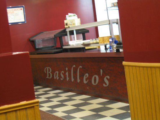 Basilleo's Pizza : Basilleo's counter from the second room