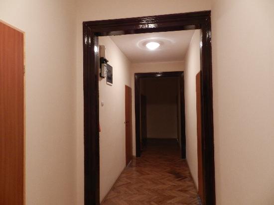 24 Guest House: Corridoio stanza