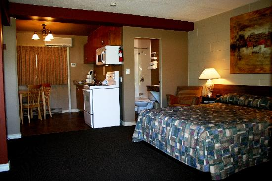 Arbutus Grove Motel: A very comfortable two bed room.