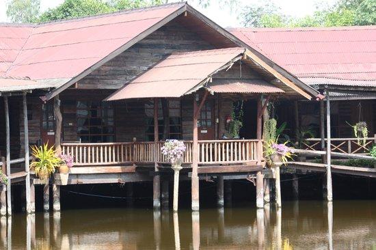 Banpu Resort Trat: chambre familiale avec sa terrasse sur le lac