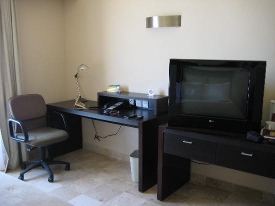 Fiesta Inn Coatzacoalcos: Desk and TV
