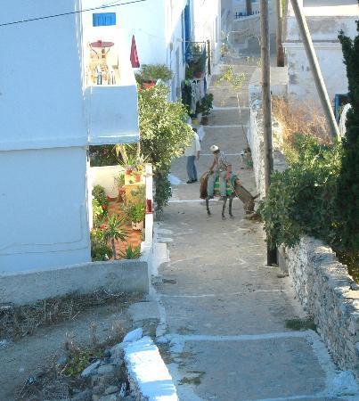 Hotel Saint George Valsamitis: Ruelle qui descend de l'hôtel vers le port