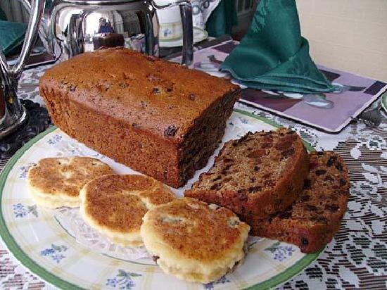Plasnewydd Bed and Breakfast: Bara Brith and welsh cakes provided daily