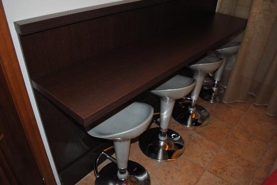 Angolo cucina con sgabelli foto di the strand hotel roma