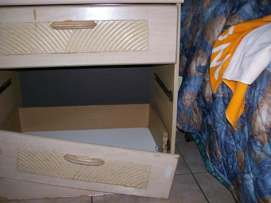 Sun & Surf Motel: Drawer in room