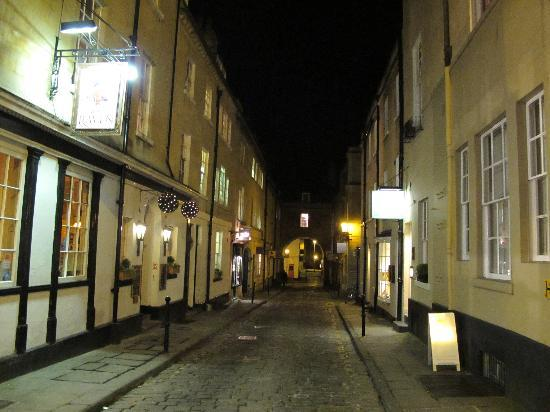 Harington's Hotel: Queen Street at night