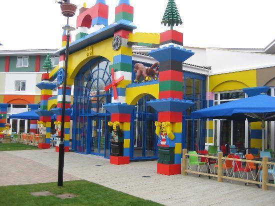 LEGOLAND Resort Hotel: Rear entrance from Park - patio heaters under the umbrellas