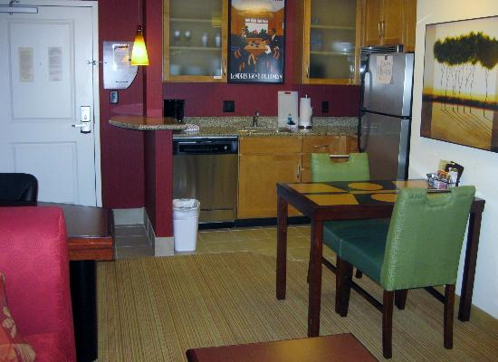 Residence Inn Birmingham Downtown at UAB: Corner Room Kitchen