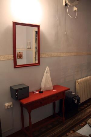 BCN Hostal Central: Decoração do quarto duplo com casa de banho privada