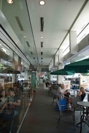Starbucks-Queen Street: Outside seating is very comfortable