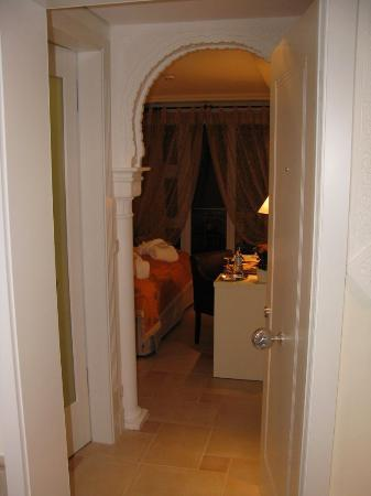 Hotel La Casa: View from the front door with decorative archway.
