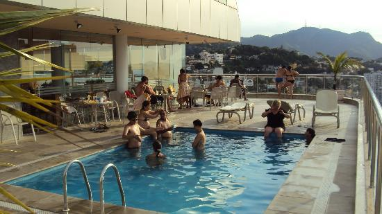 Windsor Astúrias Hotel: The swimming pool on the roof.