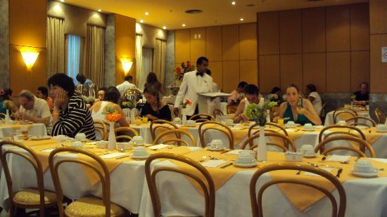 Windsor Asturias Hotel: Breakfast in  the restaurant.